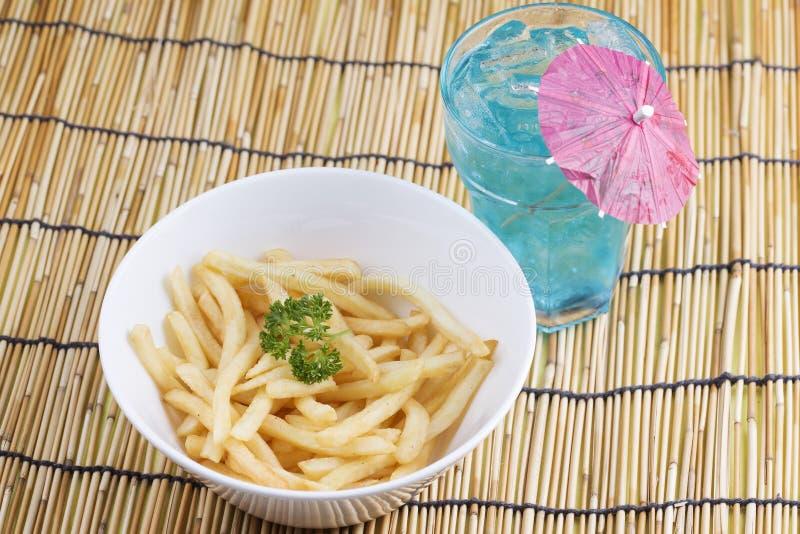 Pommes frites fraîches et poinçon bleu photo libre de droits