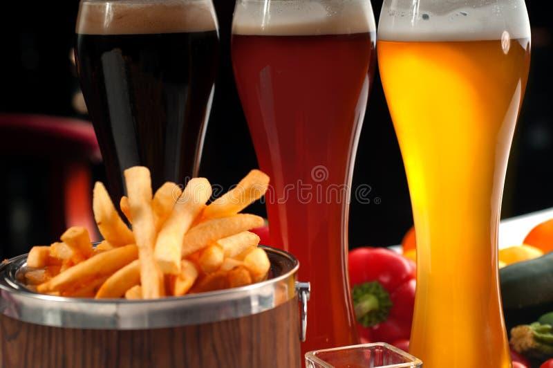 Pommes frites fraîches sur une position photo stock