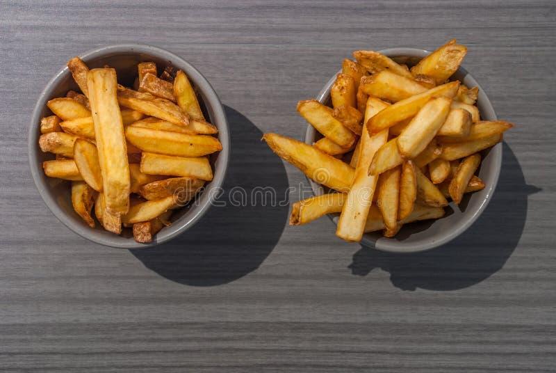 Pommes frites i en kopp på en 2 grå kopp royaltyfri foto