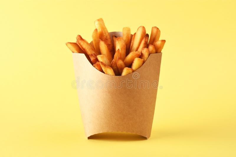Pommes-Frites im Kraftpapier-Pommes-Friteskasten lizenzfreies stockfoto