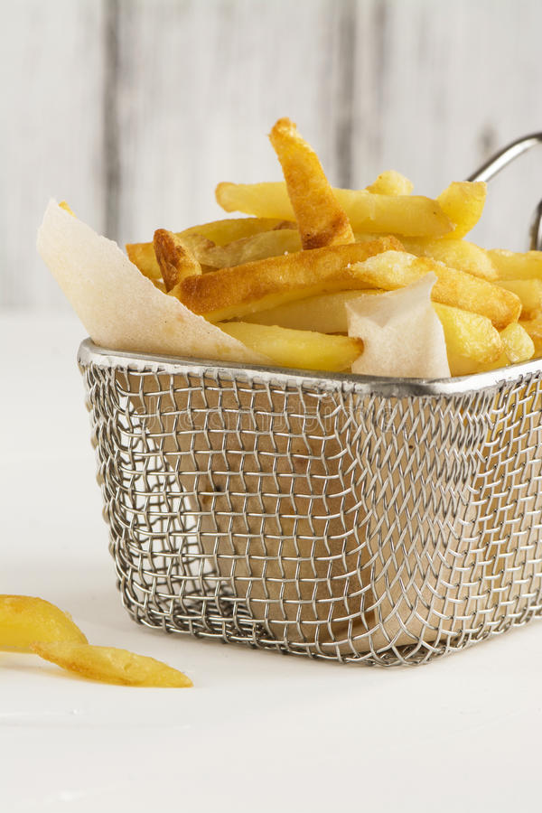 Pommes-Frites im Metalldrahtkorb lizenzfreie stockfotos