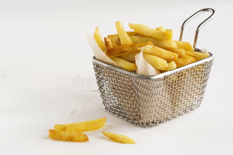 Pommes-Frites im Metalldrahtkorb lizenzfreies stockbild