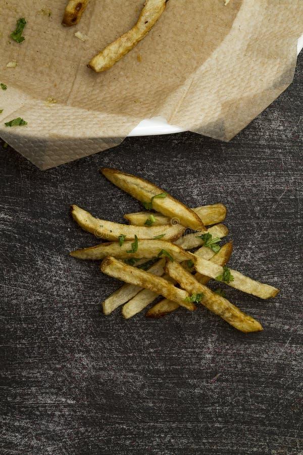 Pommes-Frites lüften gebratenen äußeren Teller auf schwarzer abgenutzter Tabelle lizenzfreie stockfotos