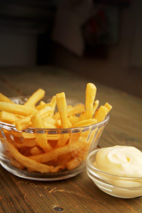 Pommes frites med mayonnaise arkivbild
