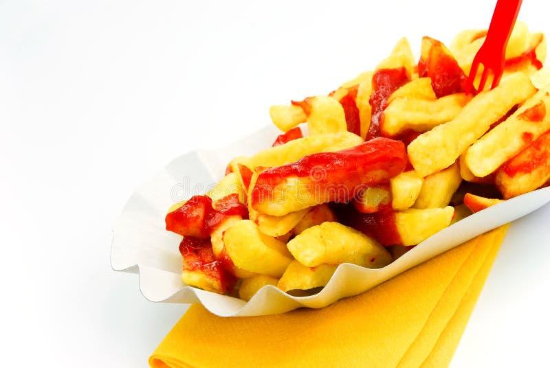 Pommes-Frites mit dem Ketschup - getrennt auf Weißrückseite lizenzfreie stockfotos