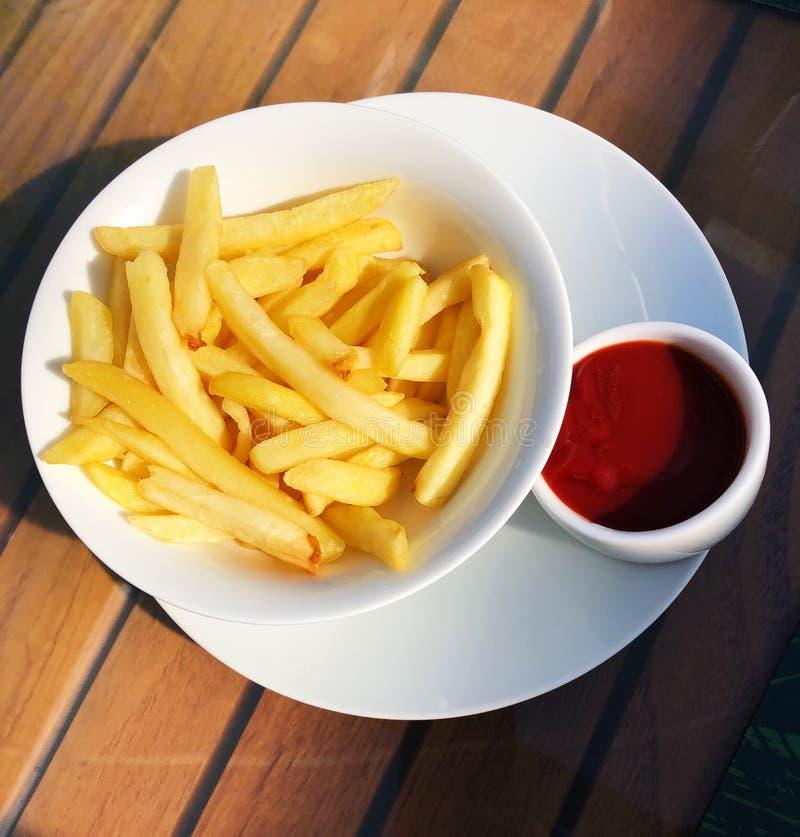 Pommes-Frites mit Ketschup auf dem Tisch stockbild