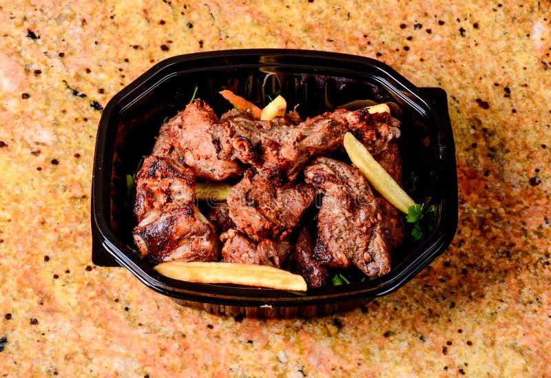 Pommes frites och grillat kött fotografering för bildbyråer