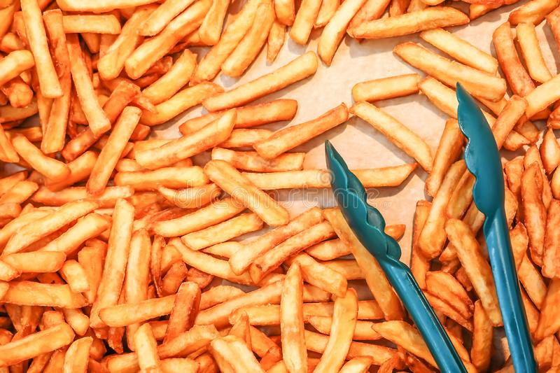 Pommes frites på aluminiummagasinet som väntar för att säljas på marknaden arkivfoton