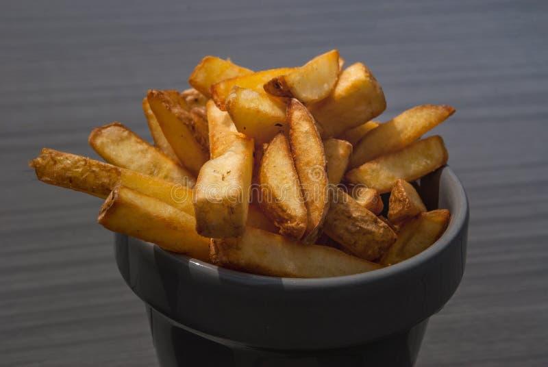 Pommes frites på en grå kopp fotografering för bildbyråer