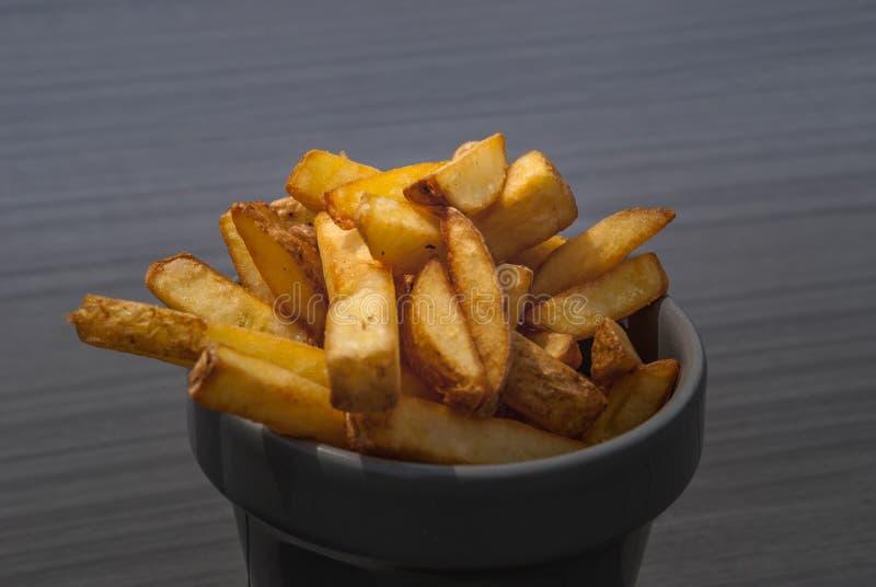 Pommes frites på en grå kopp royaltyfria bilder