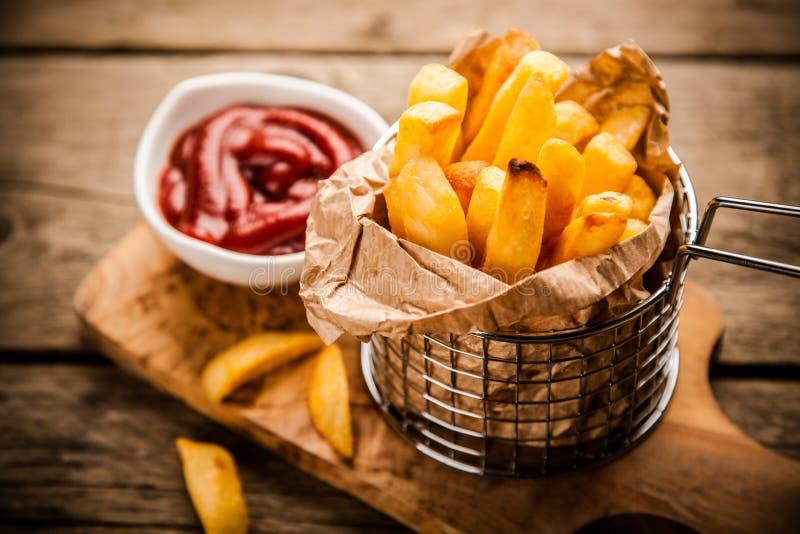 Pommes frites på trätabellen royaltyfri fotografi