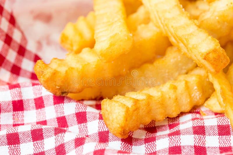 Pommes frites sur la serviette rouge images libres de droits