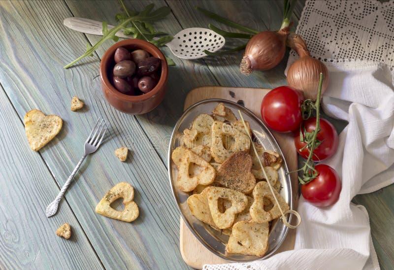 Pommes frites sur une table en bois photo libre de droits