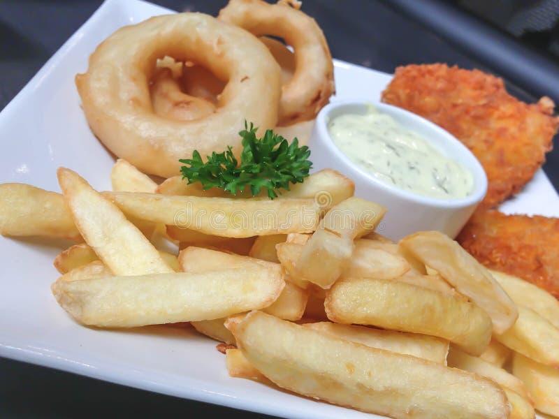 Pommes-Frites und gebratene Zwiebeln lizenzfreies stockfoto