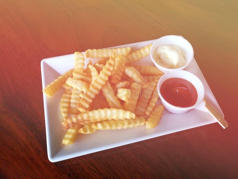 Pommes-Fritesbad zur Tomatensauce lizenzfreie stockfotografie