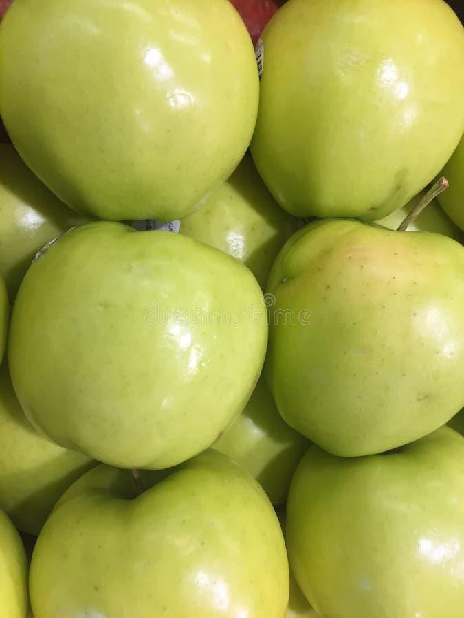 Pommes golden delicious vertes au marché photos libres de droits