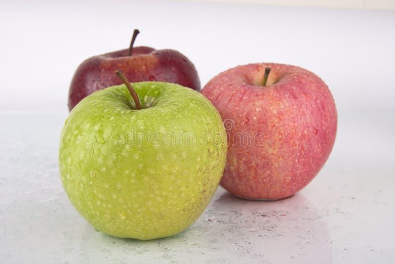 Pommes juteuses fraîches sur le blanc photos stock