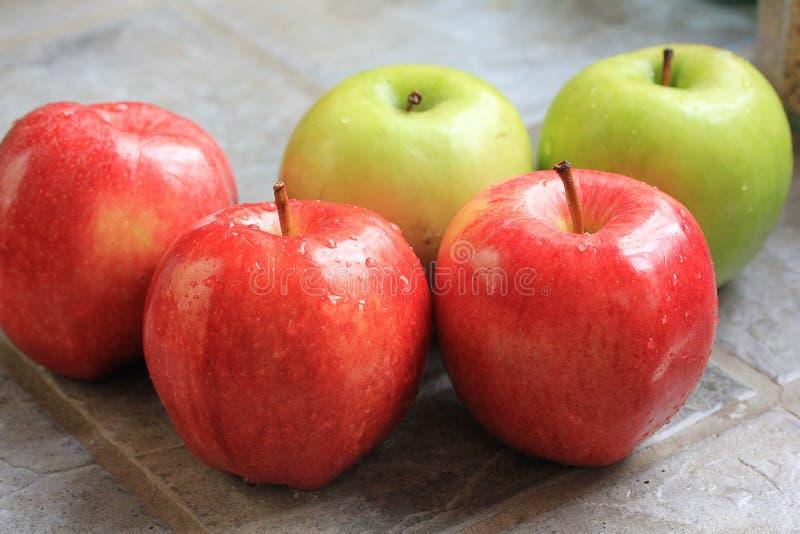 Pommes lavées images stock