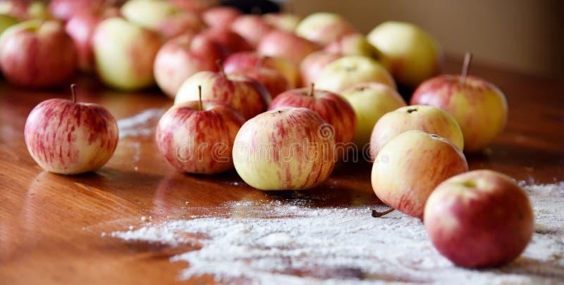 Download Pommes Naturelles D'eco-ferme S'étendant Sur La Table En Bois Image stock - Image du manger, dieting: 77150067
