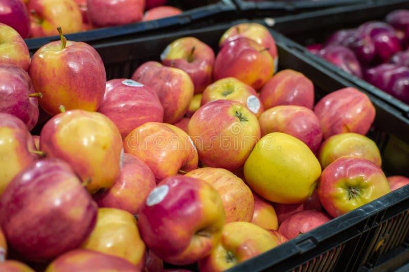 Pommes naturelles organiques sur le marché image stock