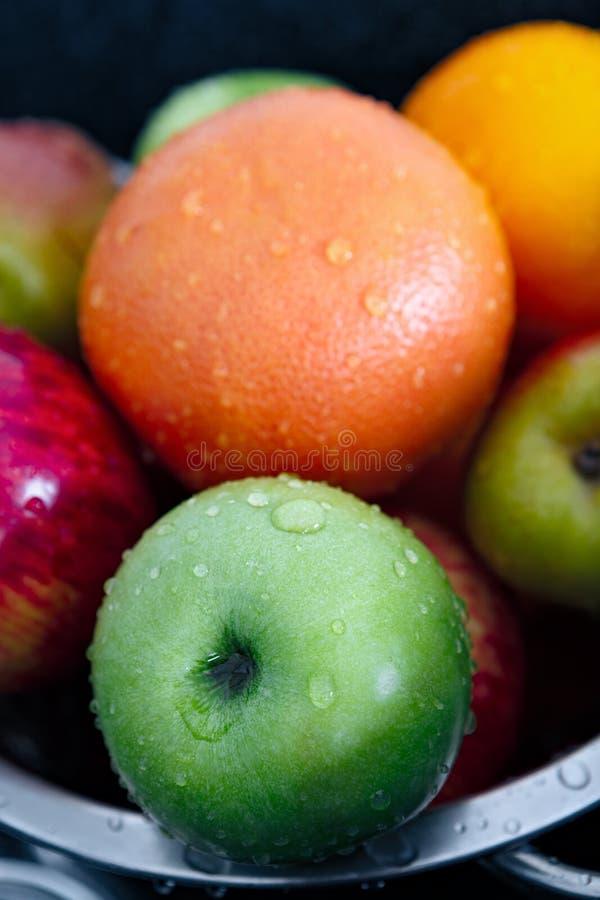 Pommes, poires et oranges lavées avec des baisses de l'eau images libres de droits
