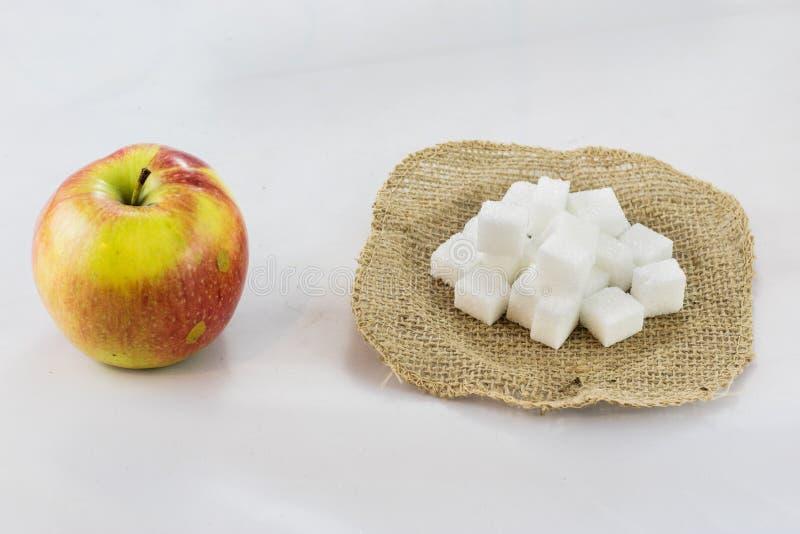 Pommes, poires et sucre savoureux dans le jute découpé avec le backgr d'isolement photos stock