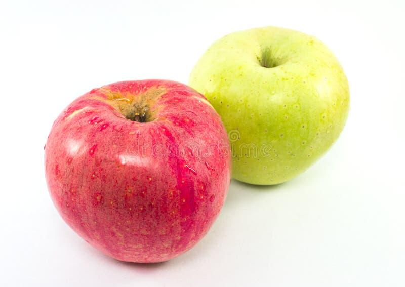 Pommes rouges et vertes fraîches sur le fond blanc photo libre de droits