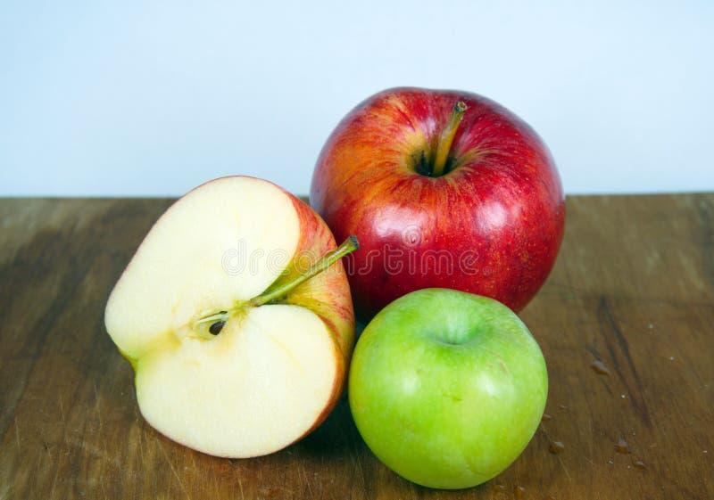 Pommes rouges et vertes, tranche de pomme photographie stock libre de droits