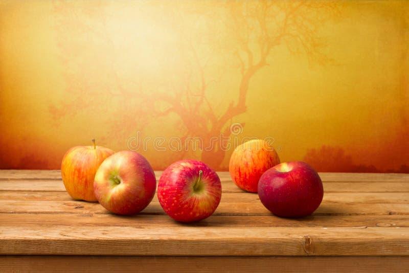 Pommes rouges fraîches au-dessus de fond d'automne photo libre de droits