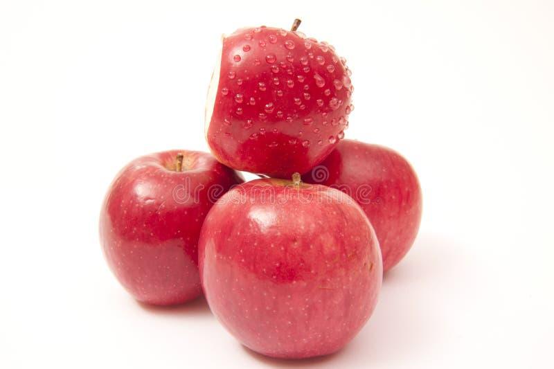 Pommes rouges mûres d'isolement sur le blanc image libre de droits