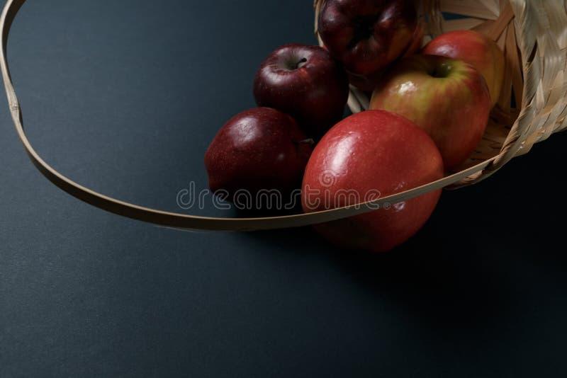 Pommes rouges m?res dans un panier images stock