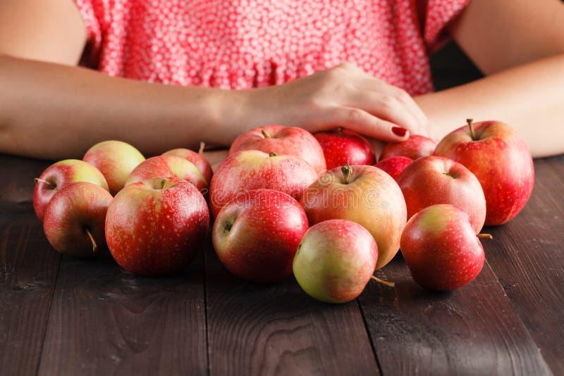 Download Pommes Rouges Mûres Sur La Fin De Table Image stock - Image du mangez, frais: 77155957