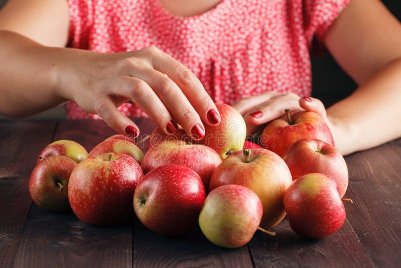 Download Pommes Rouges Mûres Sur La Fin De Table Photo stock - Image du nutrition, ingrédient: 77156826