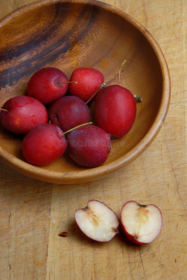 Pommes sauvages dans la cuvette image libre de droits