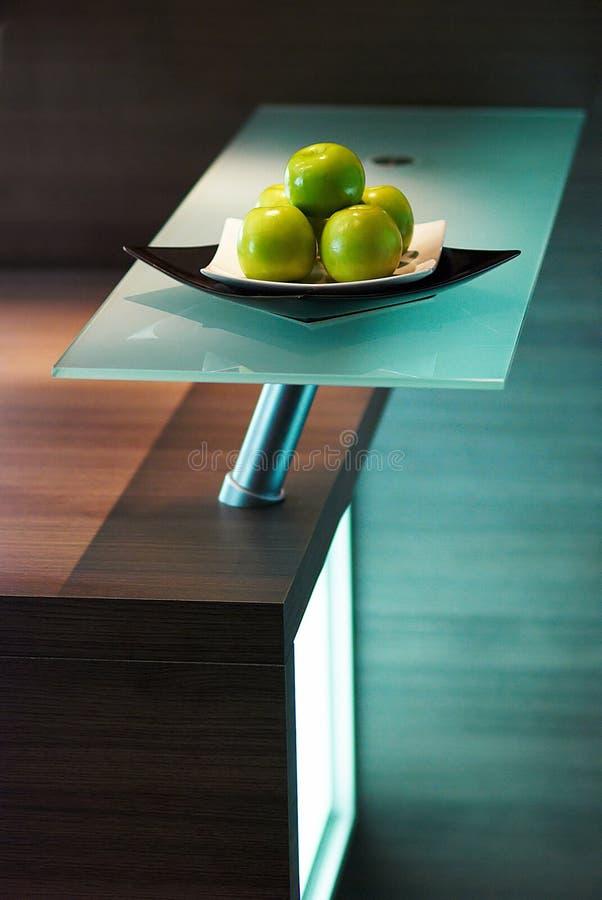 Pommes sur la table de la cuisine blanche photographie stock