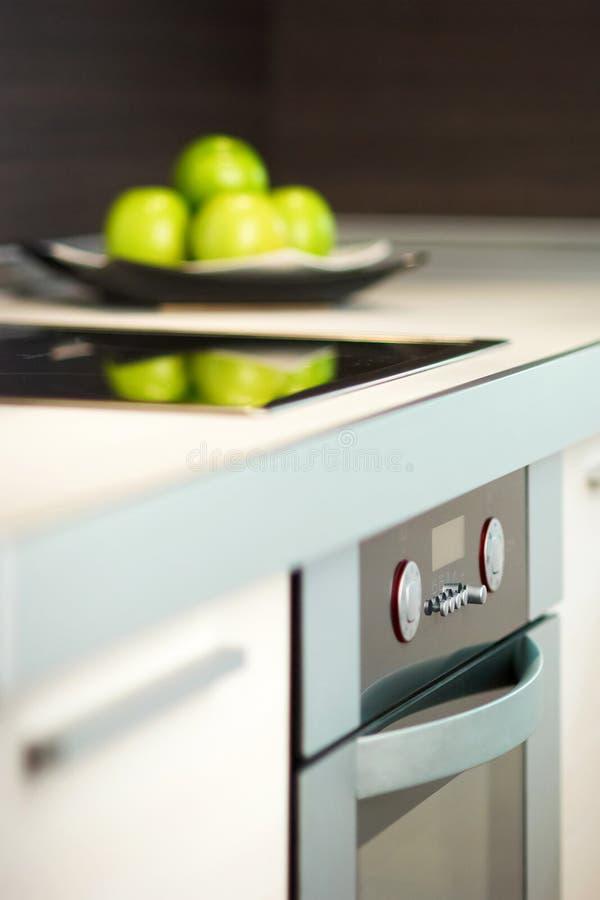 Pommes sur la table de la cuisine blanche images libres de droits