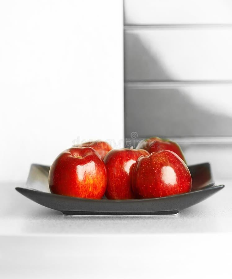 Pommes sur la table de la cuisine blanche photos stock