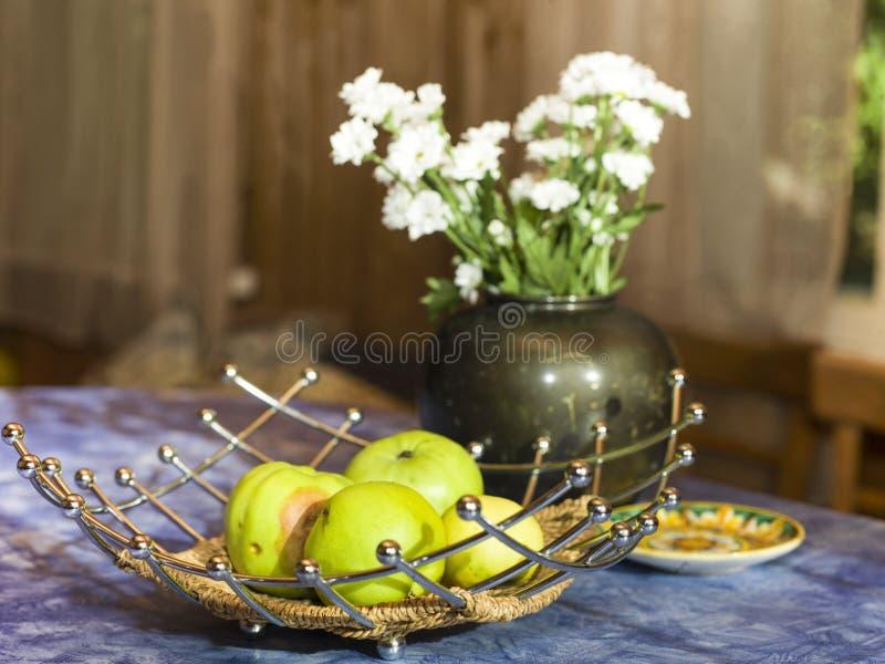 Pommes sur le plateau photographie stock libre de droits