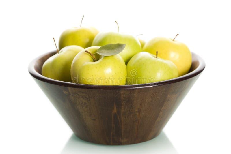 Pommes vertes dans le panier. photos libres de droits