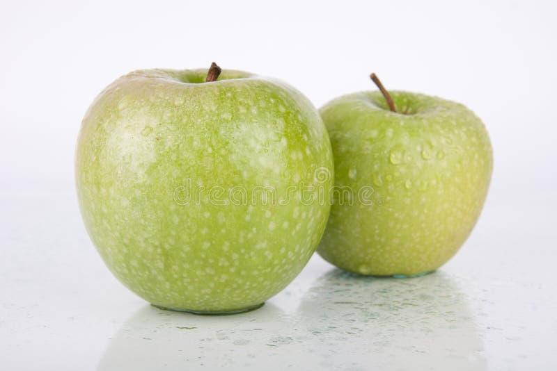 Pommes vertes juteuses fraîches sur le blanc image libre de droits