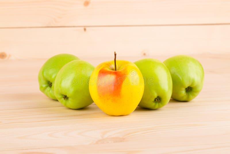 Pommes vertes mûres sur le bois photographie stock libre de droits