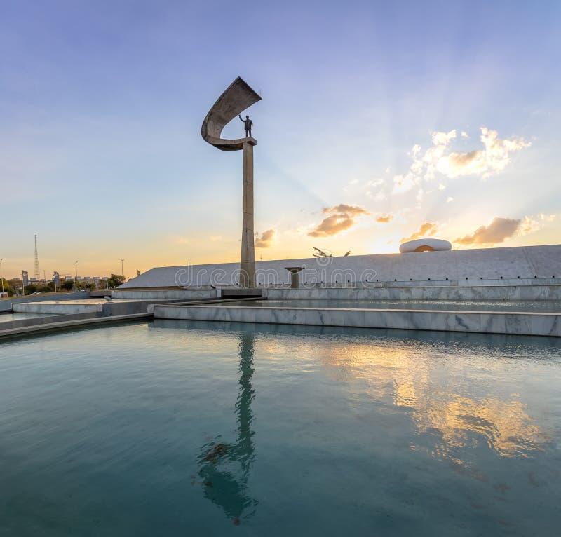 Pomnik JK Brasilia, Distrito Federacyjny, Brazylia - Juscelino Kubitschek pomnik przy zmierzchem - obraz royalty free