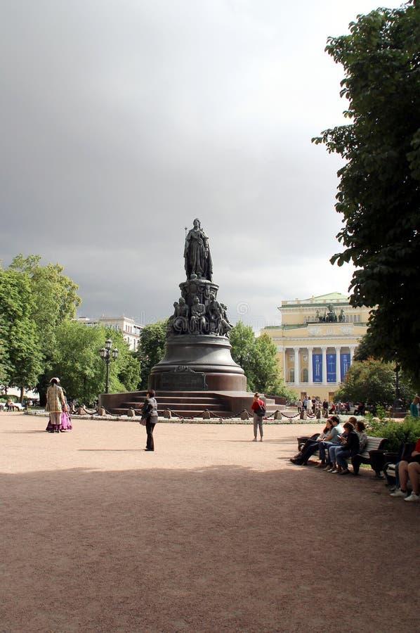 Pomnik Katarzyny 2 na Placu Katarzyny w Newski Perspektywa fotografia stock