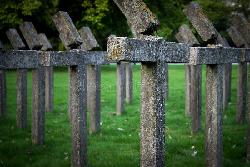Pomnik krzyżowy giętych betonu obrazy stock