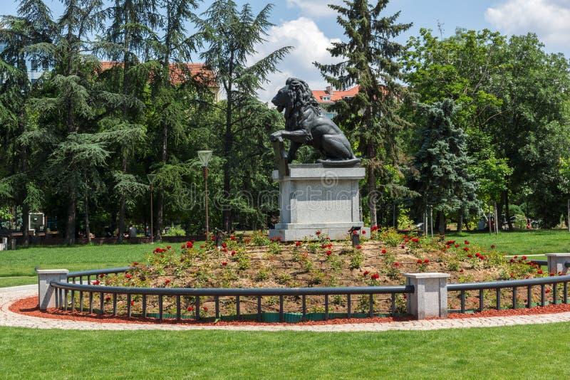 Pomnik Najpierw i szósty piechoty pułk w parku przed Krajowym pałac kultura wewnątrz fotografia royalty free