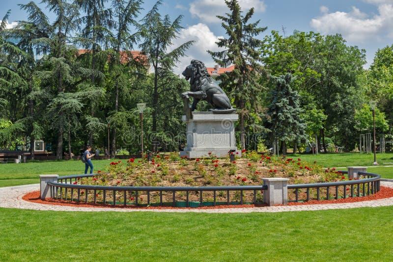 Pomnik Najpierw i szósty piechoty pułk w parku przed Krajowym pałac kultura wewnątrz W ten sposób zdjęcie stock