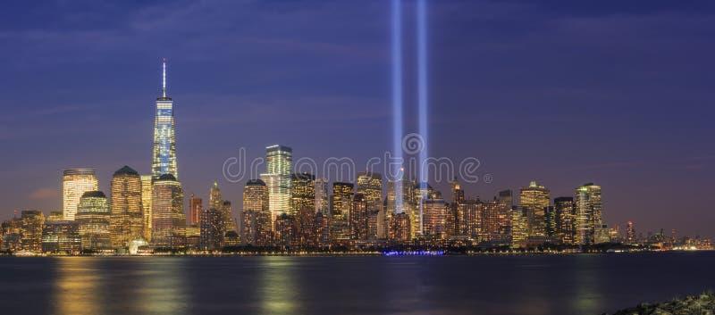 911 pomnika światło i Miasto Nowy Jork linia horyzontu obrazy royalty free