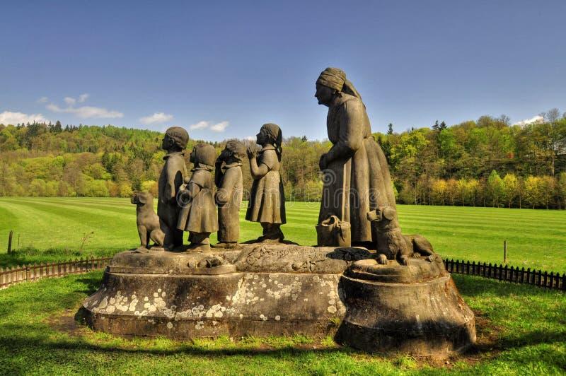 Pomnikowa babcia z dziećmi obraz royalty free