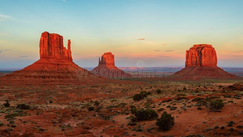 Pomnikowa dolina przy zmierzchem, Utah, usa zdjęcie royalty free