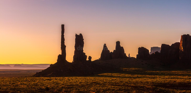 Pomnikowa Dolinna sceneria przy wschód słońca Totemu słupa i Yei Bi Chei iglic skalisty krajobraz Pomnikowego Dolinnego Navajo Pl obrazy royalty free